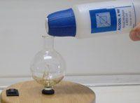 nettoyage d'une verrerie avec de l'alcool à 90°